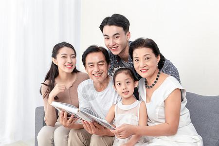 快乐一家人看书图片