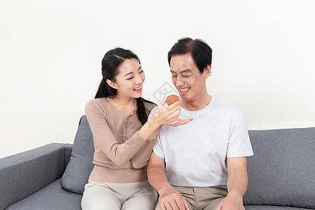中秋女儿父母相伴吃月饼图片