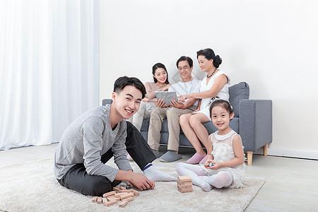 幸福的一家人亲子堆积木图片