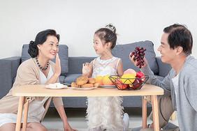 中秋家人团聚吃月饼图片