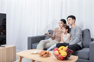 中秋团圆一家人看电视图片