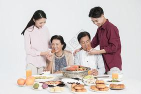中秋团圆家庭聚餐图片