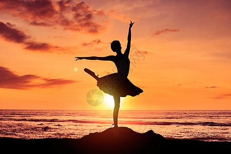 夕阳下跳芭蕾图片