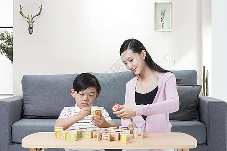玩积木的母子图片