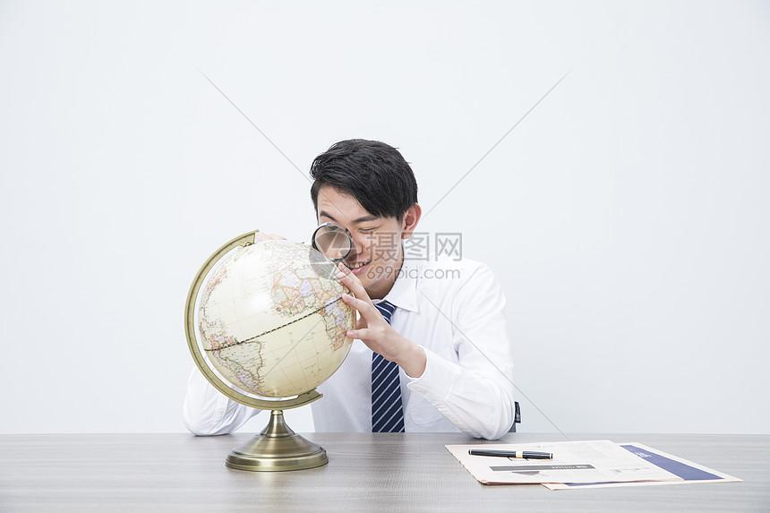 商务男性地球仪图片
