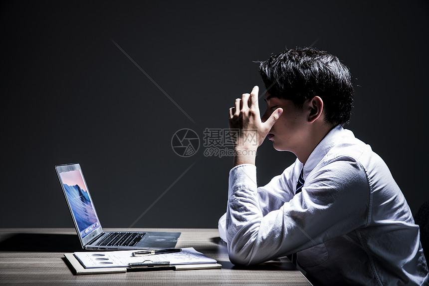 职业男性加班压力图片