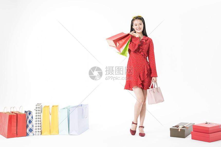 青春美丽女性开心购物图片