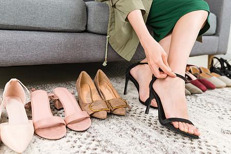 女性购物试鞋特写图片