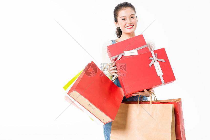 青春大学生购物抱礼盒图片