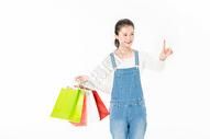 年轻女生智能购物图片
