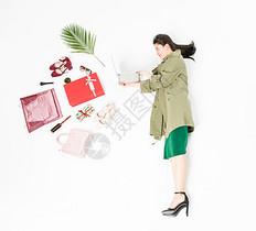 年轻时尚女性购物图片