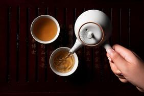 红茶倒茶图片