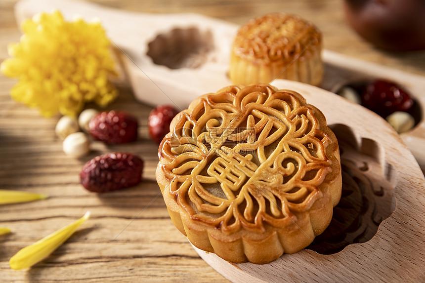 中秋节广式双黄馅儿月饼图片