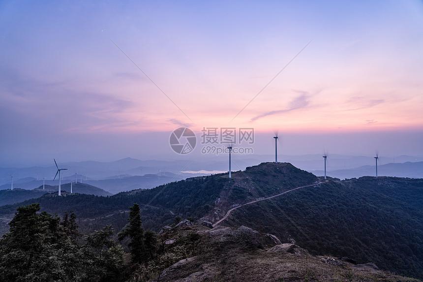 霞光下的黄石仙居顶风车和盘山公路图片
