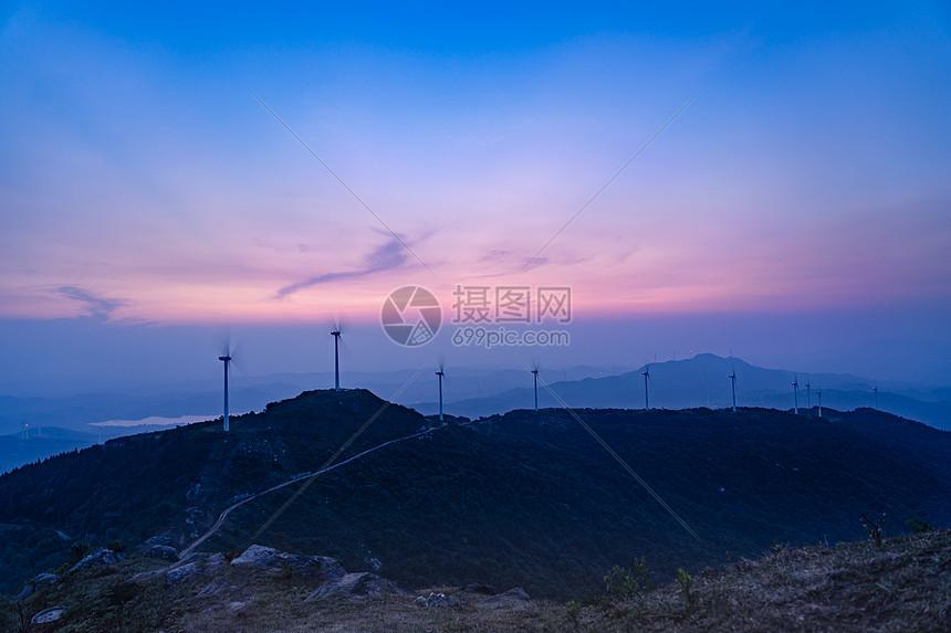 霞光下的黄石仙居顶风车图片