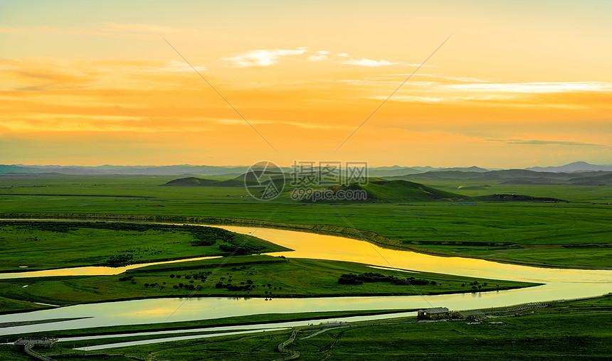 夕阳下的草原河流图片