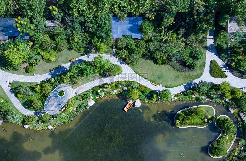 绿色人工湖泊航拍图片