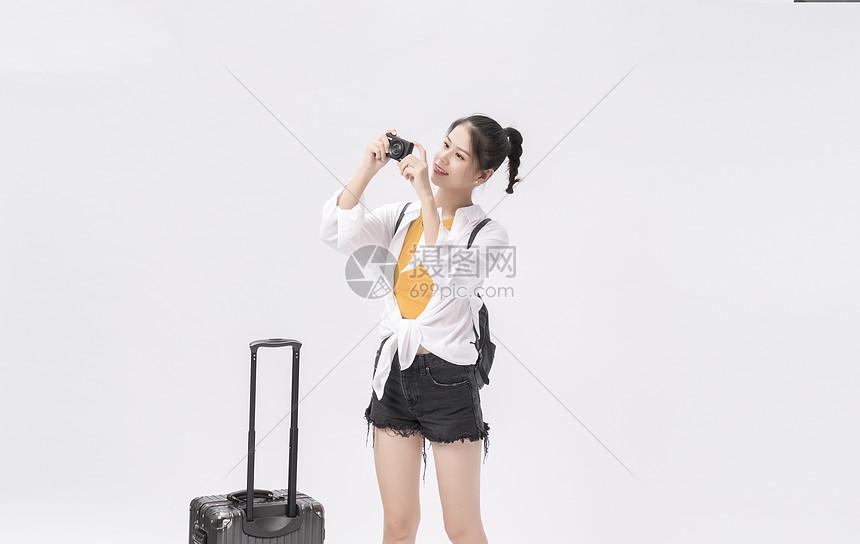 年轻女性旅游拍照图片
