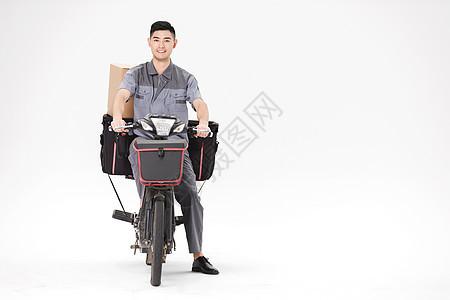 骑电动车送快递的男性图片