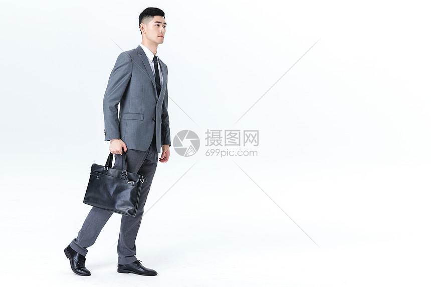 商务男性行走动作白底图片