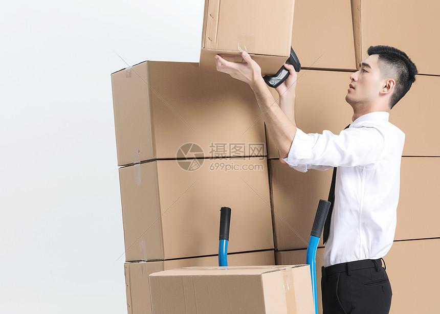 仓储货运男性扫码图片
