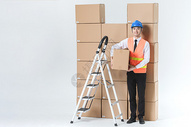仓储物流男性爬梯子图片