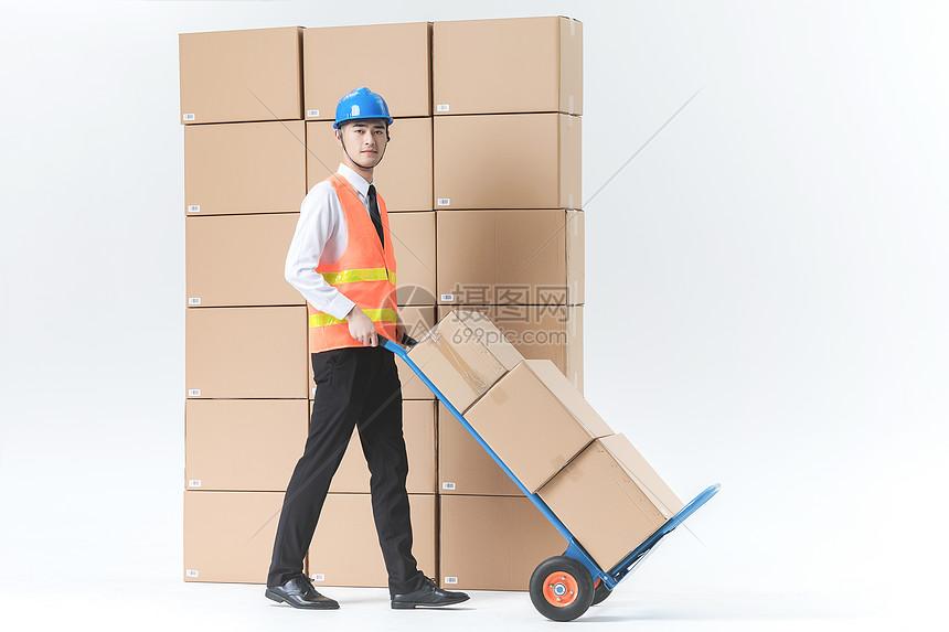 仓储物流男性推车图片