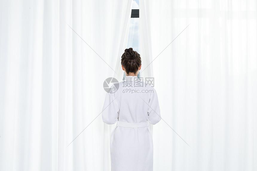 在窗边的女性图片