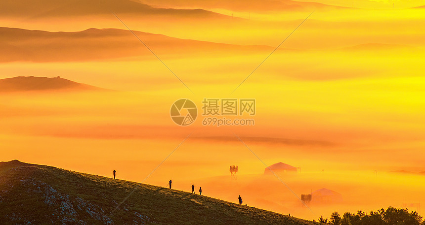 日出照雾气恍如仙境图片