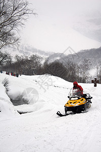 长白山的雪地摩托图片