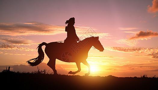 黄昏下骑马女孩的剪影图片