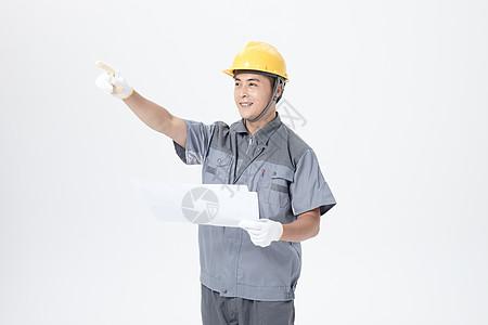 工人查看施工图图片