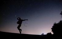 夜空下的舞蹈图片