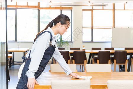 咖啡馆女性服务员打扫卫生图片