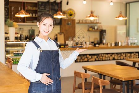 年轻咖啡馆服务员欢迎手势图片