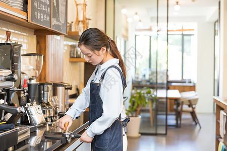 咖啡师研磨咖啡粉图片