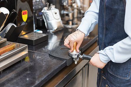 咖啡师研磨咖啡粉特写图片