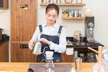 女性咖啡师冲咖啡图片