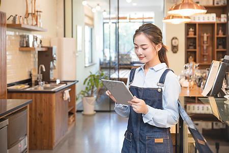 咖啡馆服务员手持平板电脑图片