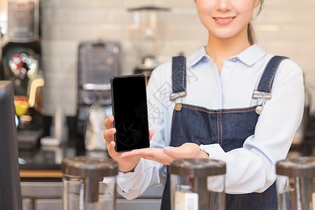 咖啡馆服务员手机支付特写图片