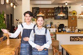 咖啡馆男女服务员欢迎动作图片