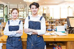咖啡馆男女服务员抱胸图片