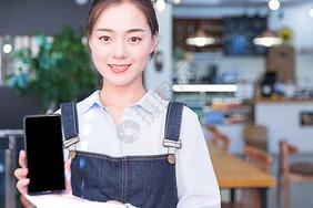 咖啡馆服务员手持手机图片