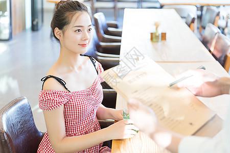 美女顾客咖啡馆点单图片