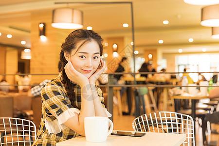 咖啡馆青春女孩休息等待图片