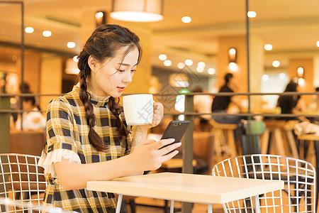 咖啡馆青春女孩看手机图片