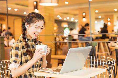 咖啡店青春女孩看电脑图片