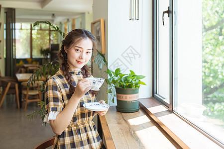 青春美女咖啡馆喝咖啡图片
