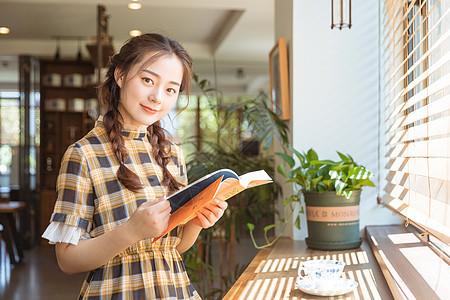 青春女孩馆咖啡馆看书图片