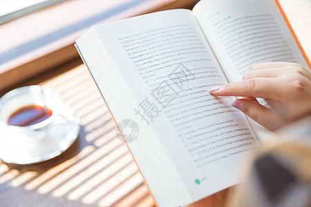 咖啡馆女孩看书特写图片